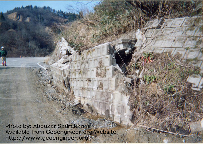 Title: Broken earthwall-Niigata earthquake 2004<br>Title: A broken retaining wall by the 2004 Mid-Niigata Prefecture earthquake (Mw = 6.9), Niigata, Japan. 