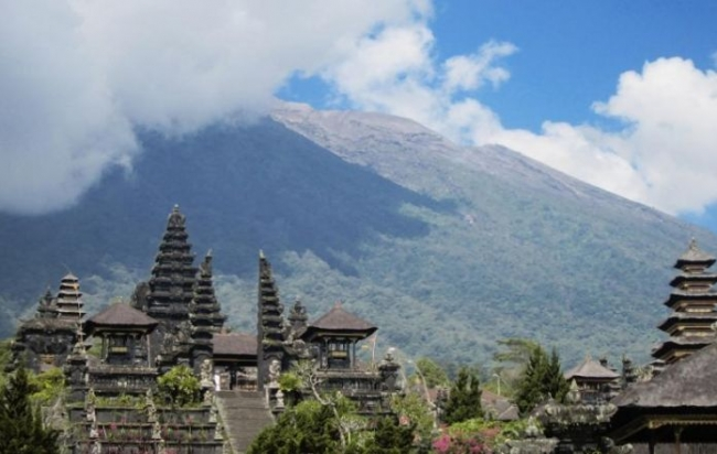 Mass evacuations ordered as highest alert is issued for Bali volcano