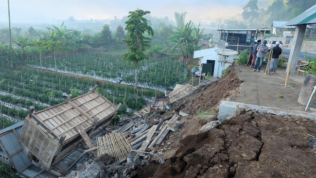 Co-seismic landslide in Indonesia: Locals and tourists killed